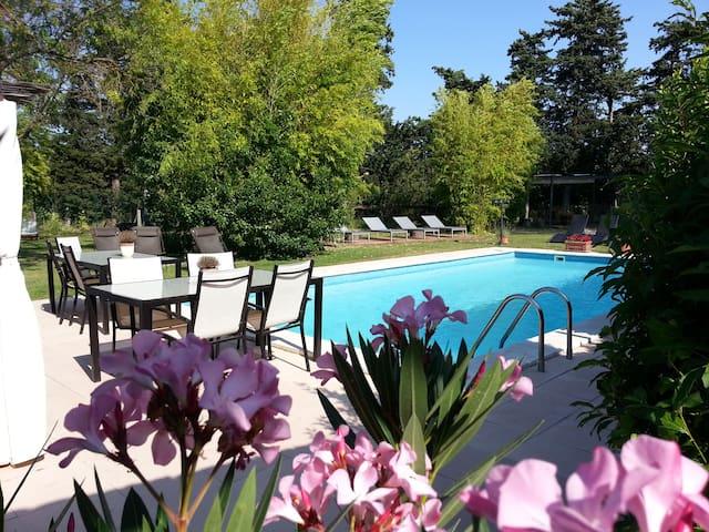 B&B au calme, avec chambres en rez-de-jardin - L'Isle-sur-la-Sorgue - Bed & Breakfast
