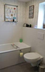 Double bed room incl. breakfast & sep. guest-WC - Hemmingen - Talo