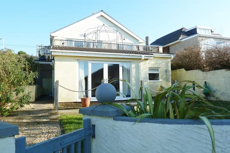Stylish pad sea views & sunsets - beach 2 min walk