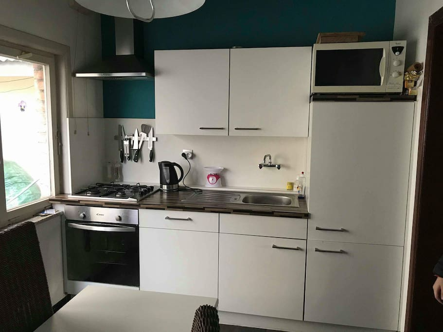 ingerichte keuken, met oven en microgolf,frigo, fornuis.