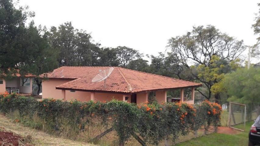Casa em condomínio fechado, na represa de Avaré