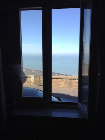 Ampia finestra vista mare