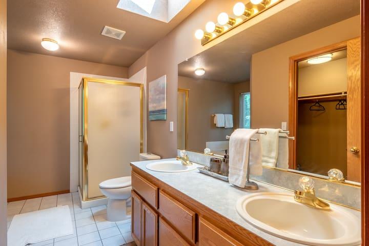 Master Bathroom, Shower includes shampoo, conditioner, body soap