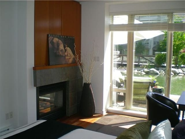 Beautiful Serene 2 Bed on pond - North Vancouver - Apartment