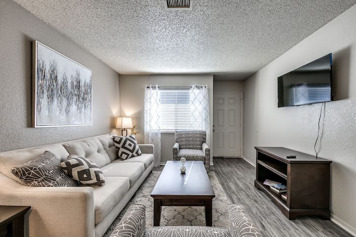 The BOOMER Home with POOl & GYM! Just 1 mile to OU