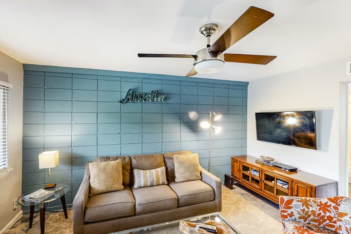 Stylish condo w/ WiFI, full kitchen, shared pool, balcony, and downtown views!