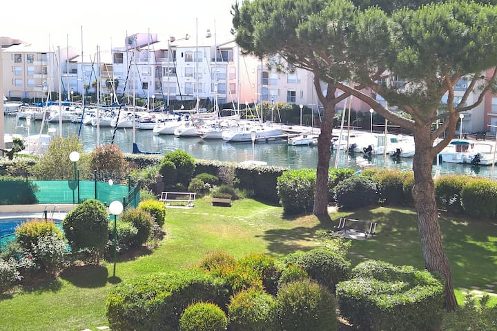 T2 Vue bateaux Piscine Parking Plage 5mn à pied :)