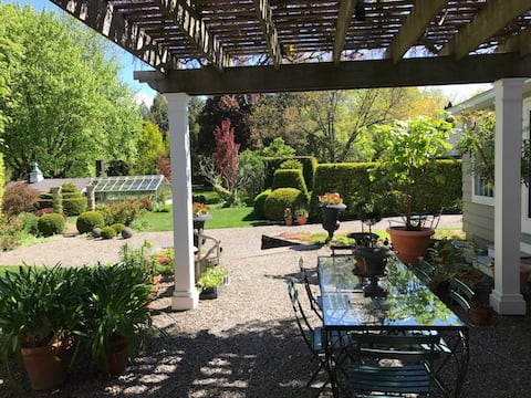 Garden Paradise minutes from Hudson