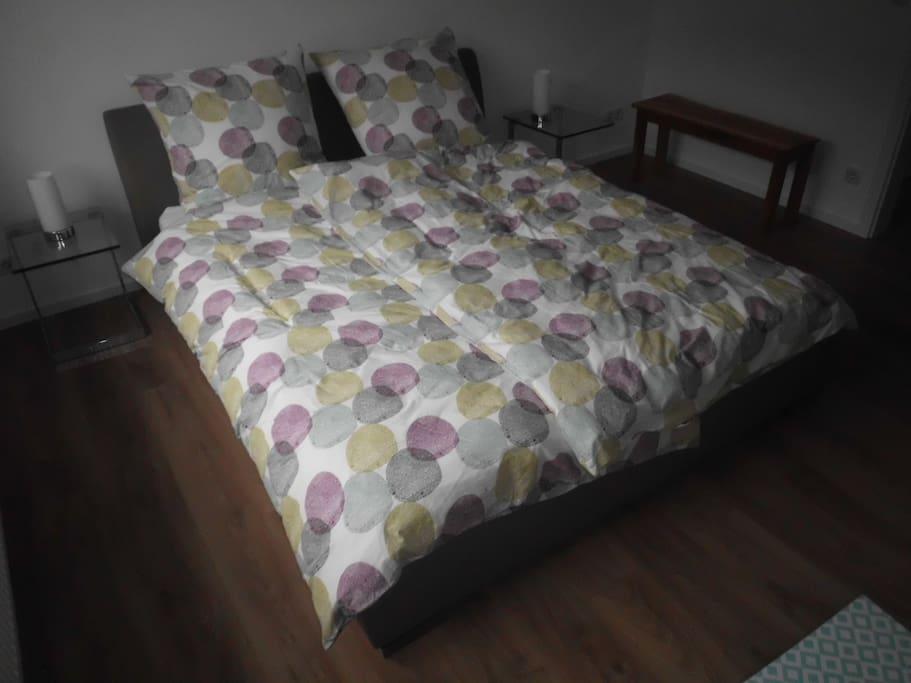 Schlafzimmer mit dem 1,80 x 200 cm großen, bequemen Bett