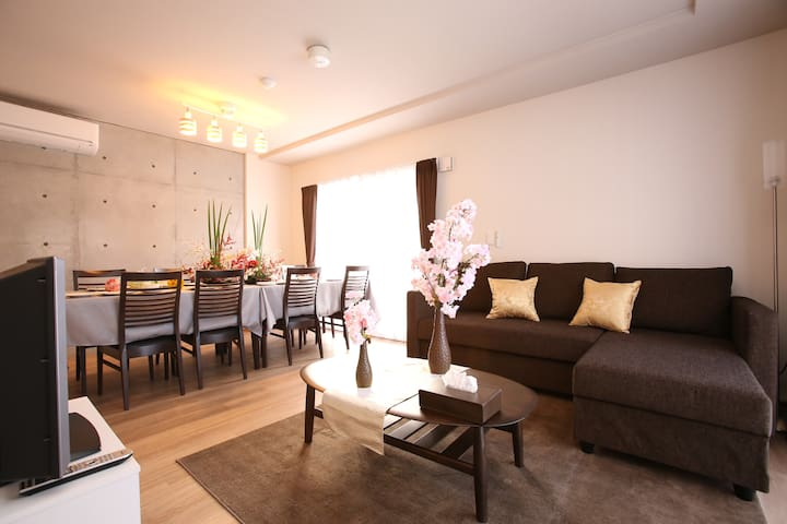 There are 3 rooms is hang out room that include double sofa bed, dinning table with 8 seats, kitchen, laundry room, bathroom and toilet/kitchen equipments.