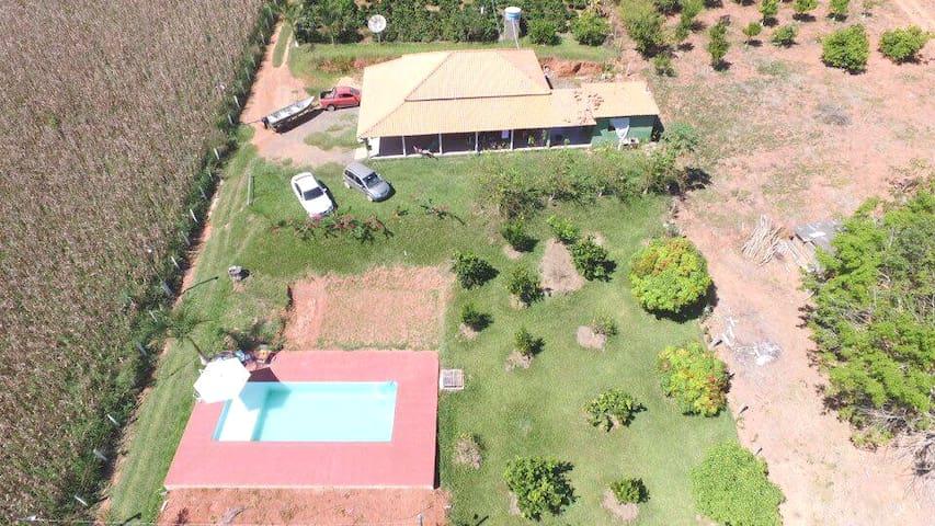 casa com piscinas a 800 metros da repreza  areado.