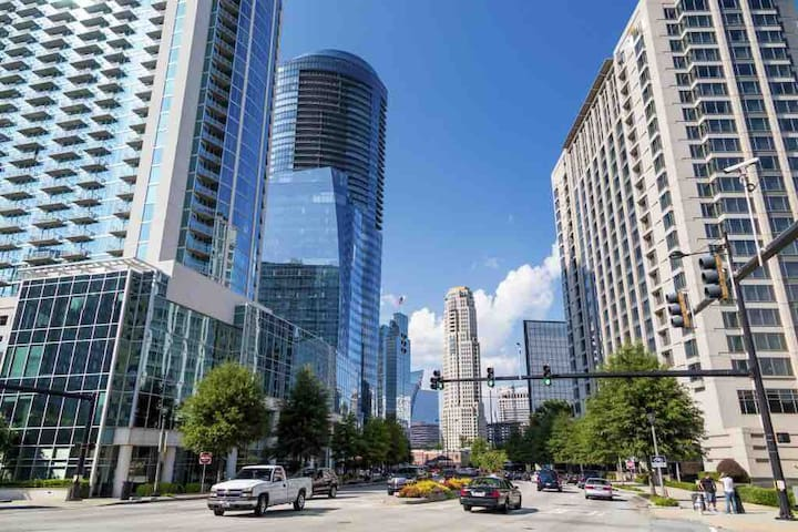 BUCKHEAD+NO CLEANING FEE+ FREE PARKING +FREE WI-FI