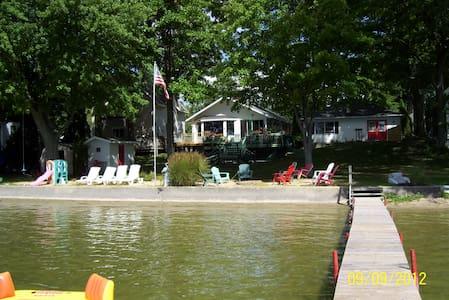 Lakefront Bostwick Lake, Rockford, MI - Rockford - Dom
