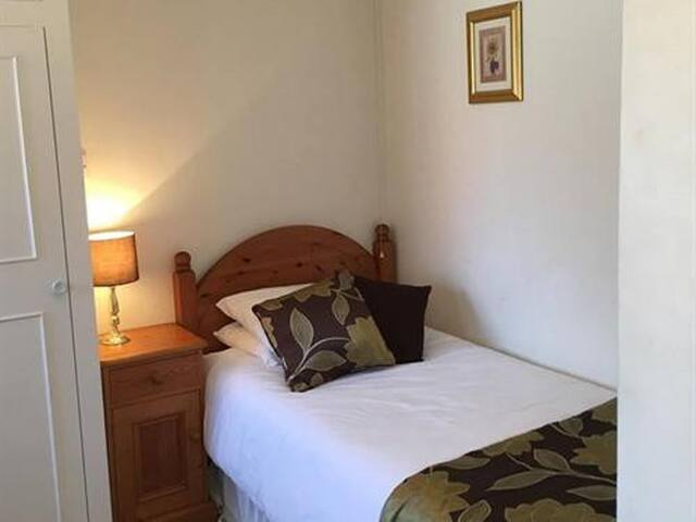 Comfortable single en-suite room