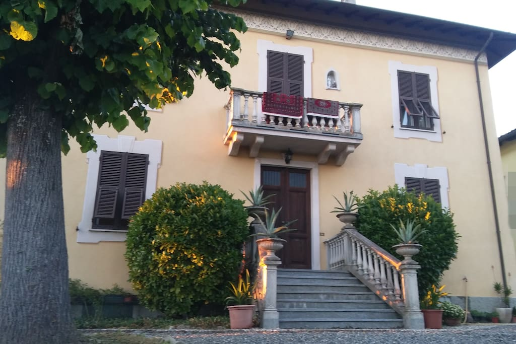 the facade of the house and the entrance- la facciata della casa e l' entrata