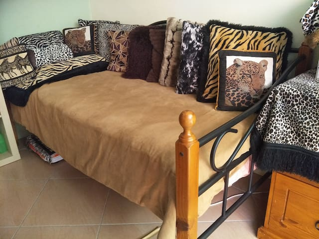 Daybed in Townhouse, 6km to CBD, 8km to Airport