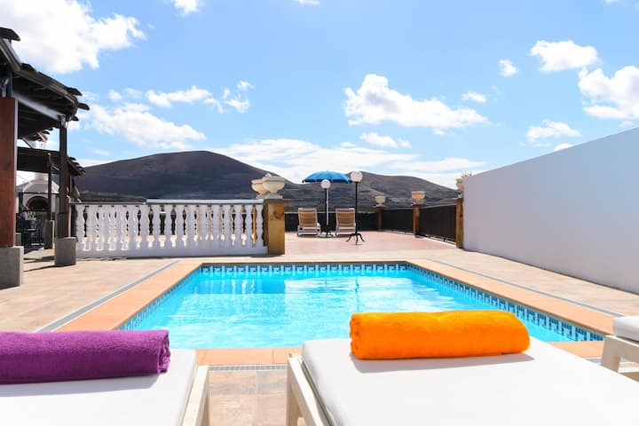 Villa Titán Close to National Park with Pool, Terrace, Mountain Views & Wi-Fi; Parking Available