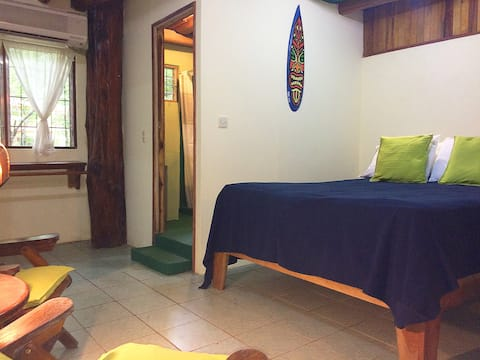 Cangrejo - surfer's hideaway by the beach path!