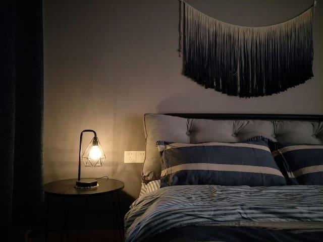"""房名""""迷迭香"""" 工业风冷色系风格 搭配手工挂毯 床品为纯棉四件套 舒适度高"""