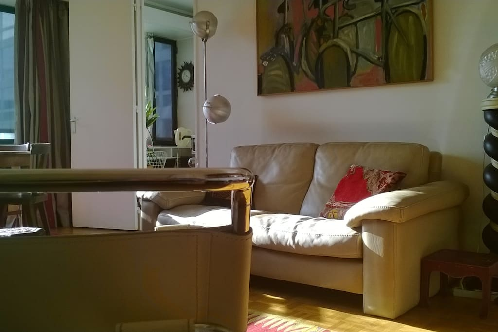 salon avec fauteuil en premier plan