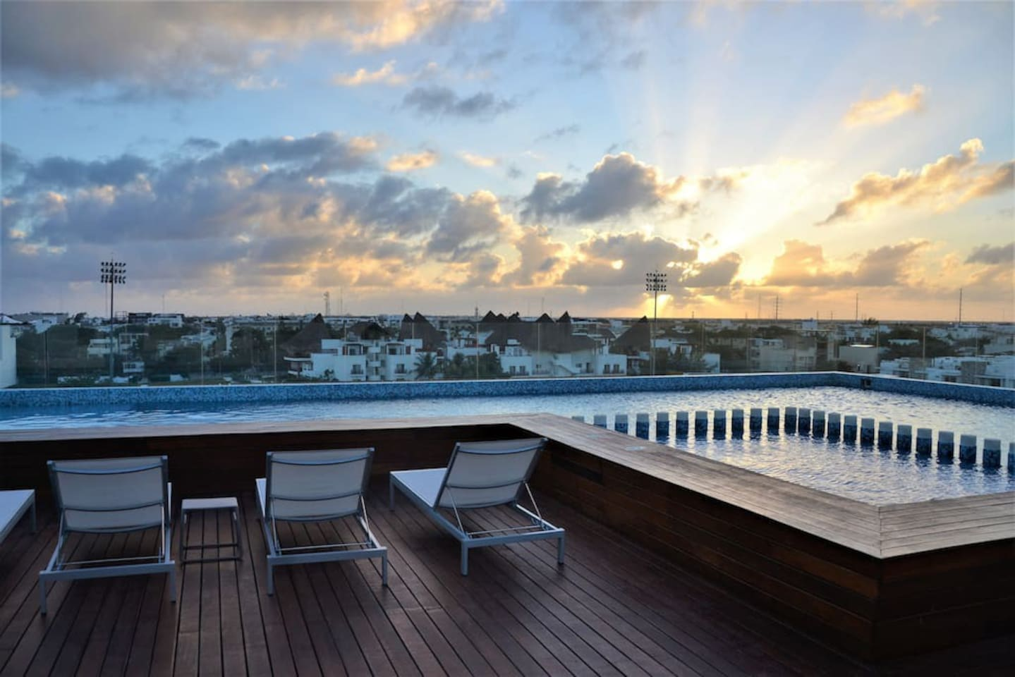 View sunsets in an amazing rooftop with a nice oceanview.