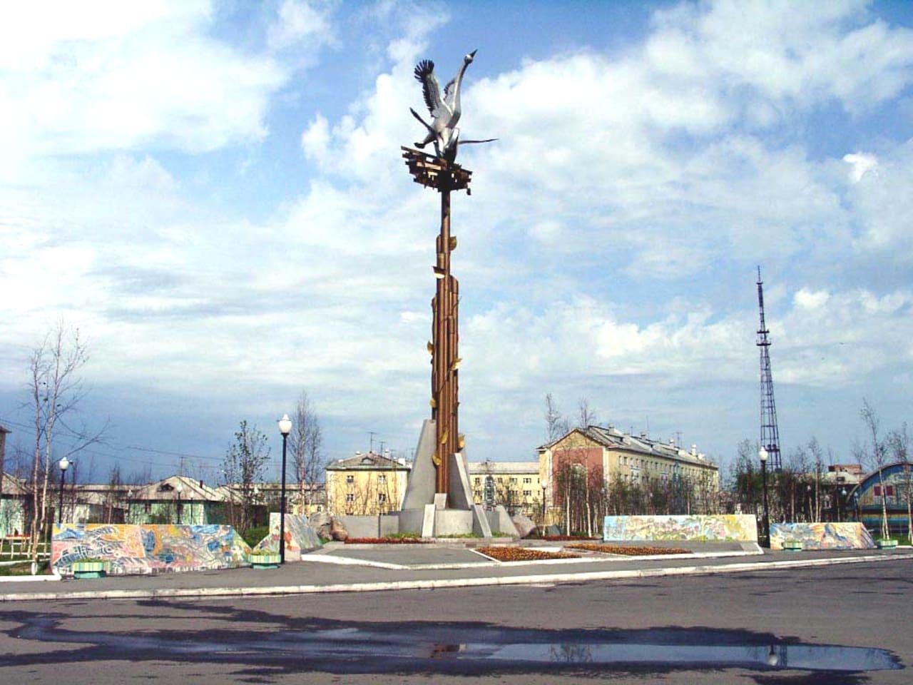 Место расположения дома-справа, за памятником Победы