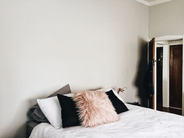 Queen bedroom in hip Auckland location - Auckland - House