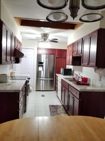 Near airport 3 bedrooms with  garage, new kitchen