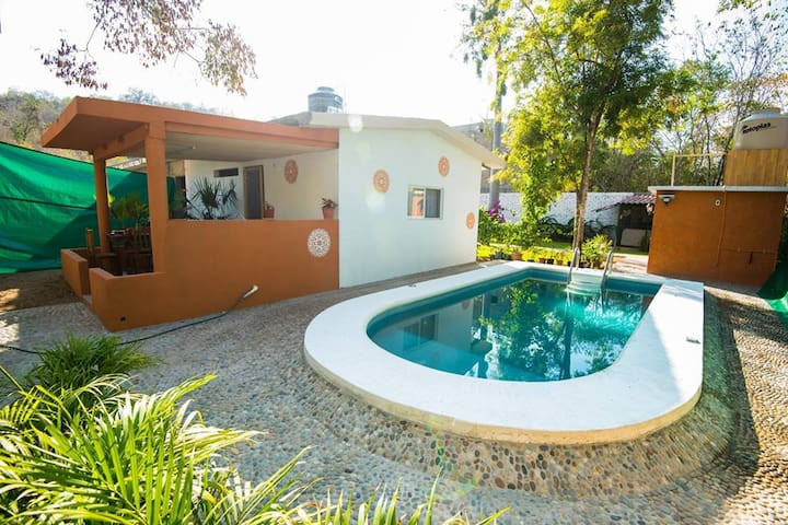 Quiet house with pool 15min from the beach!