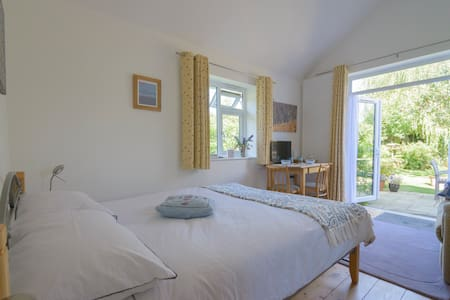 Garden view from patio doors, light, bright room - Ashburton - Μπανγκαλόου