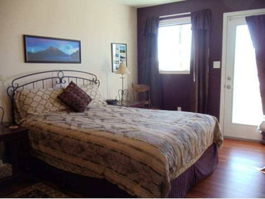 Mountain View Room with Queen bed, ensuite bathroom, and private entrance off front south facing deck.