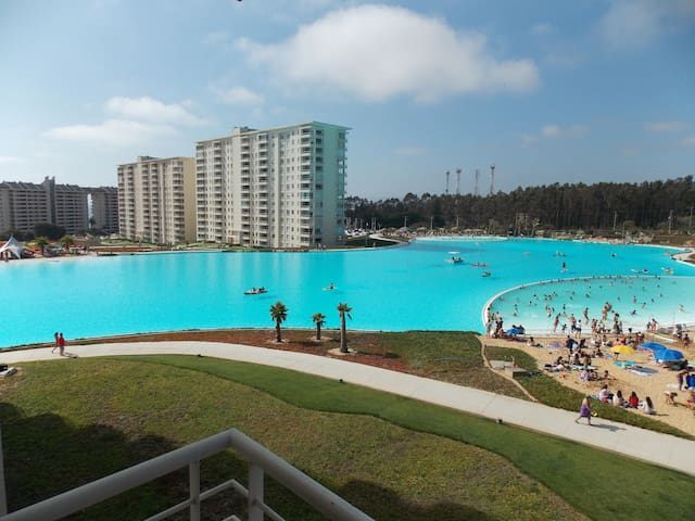 Departamento con piscina y laguna artificial.