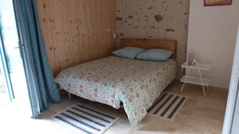 Jolie grande chambre dans la campagne tourangelle.