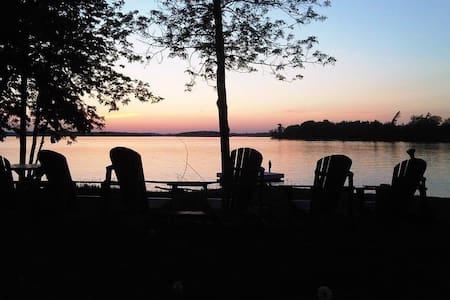 "Lakeshore Retreat: Waterfront ""Spa Room"" - Ennismore"