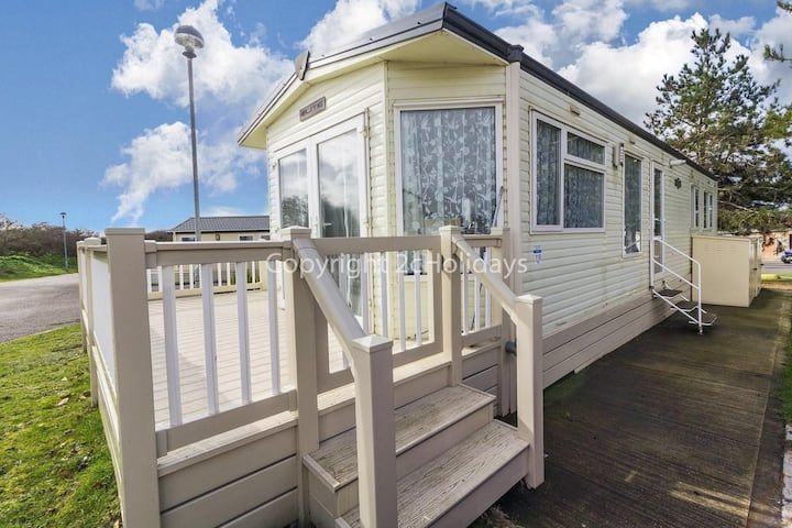 4 berth holiday home with decking & partial sea view at Kessingland ref 90110SV