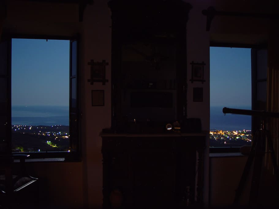Πανσέληνος απο τα παράθυρα της κρεββατοκάμαρας