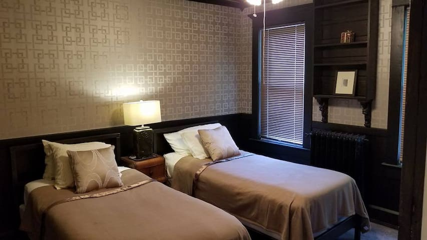 .2C- The Silk Room. A beautiful room near downtown