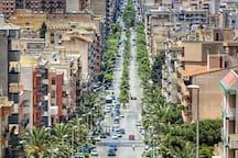 La nostra arteria principale  un'unica strada con tre diversi nomi : in alto si chiama via Manzoni, continua con corso PierSanti Mattarella e finisce con la via Fardella