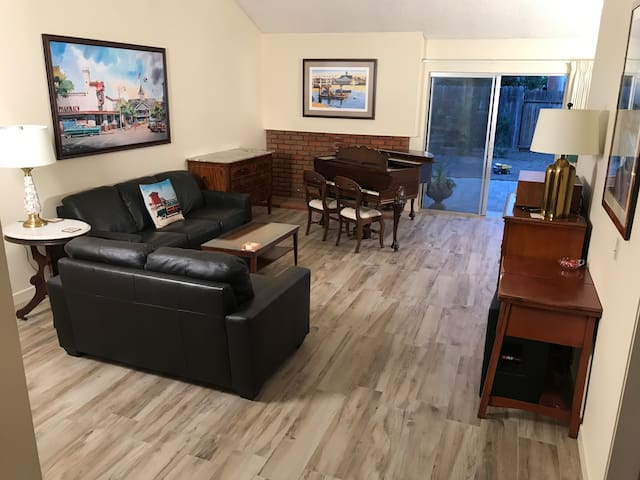 South Santa Ana House with 1 King, 1 Crib, 1 TV