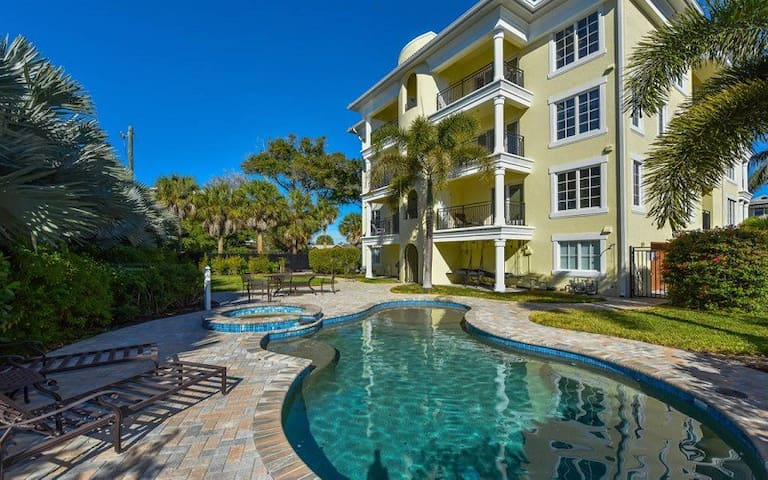 Luxury Oasis 2 Bedroom,2 bath with pool and Spa.