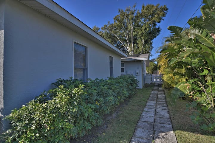 Charming Sarasota Studio w/Pool Near Siesta Beach!