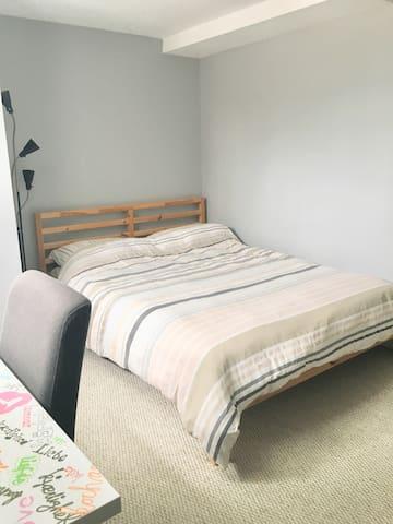 Chambre au calme lumineuse/penderie/système de chauffage/clim réglable directement dans la chambre
