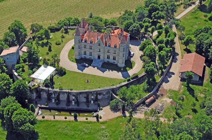 Gîte de charme dans un Château avec piscine