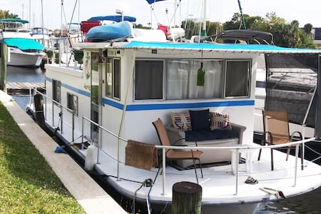 Island Girl Houseboat condo