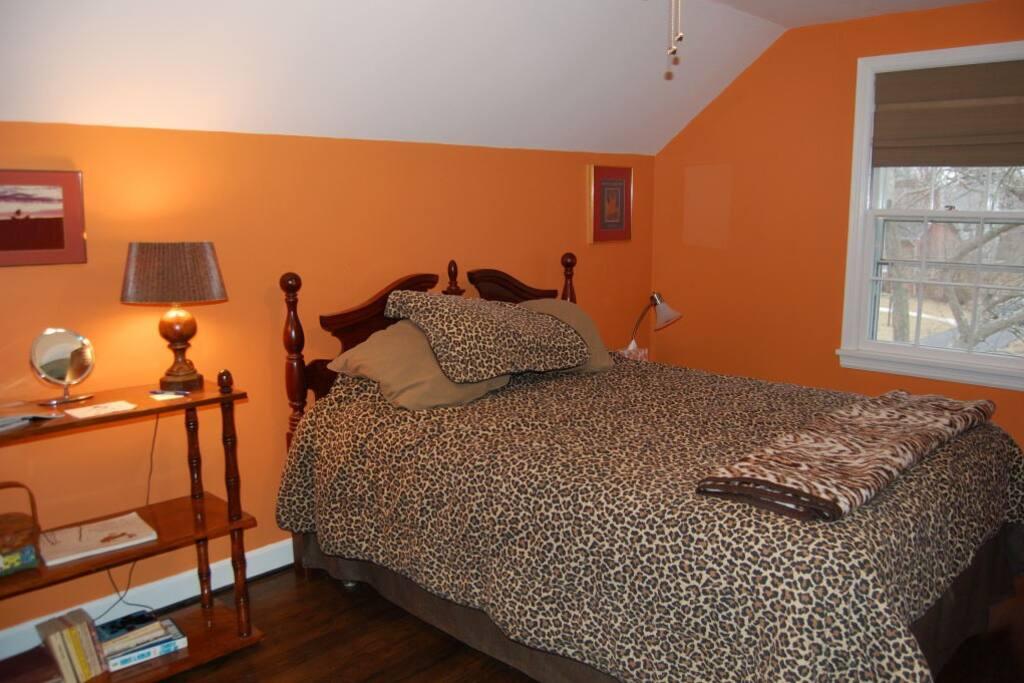 Queen bedroom 1/4