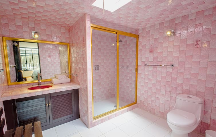 Cholula Rooms - Aqua Room - King Size (bathroom)