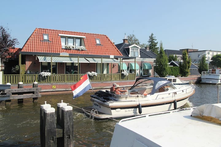 An unique holiday home by the water with a view of the boats at Delftstrahuizen