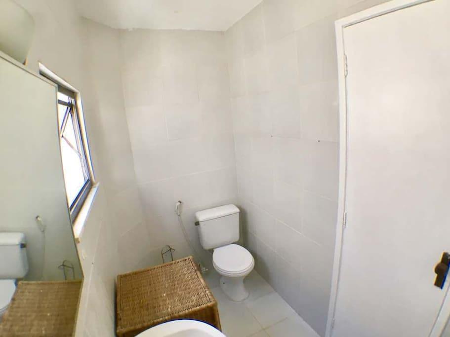 Amplo banheiro com janelas.
