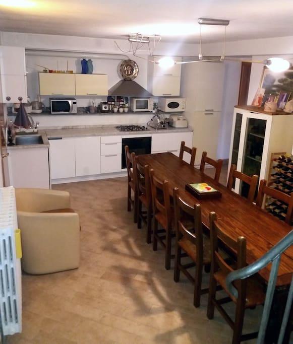 cucina attrezzata e tavolo 12 posti