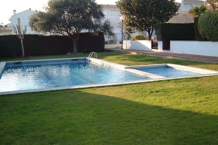 Apartament a S'Agaró. Piscina comunitaria. Planta baixa amb jardí directe a la piscina. - Platja d'Aro - อพาร์ทเมนท์